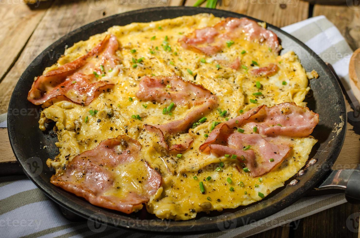 omelete rústica com famoso presunto de Praga foto