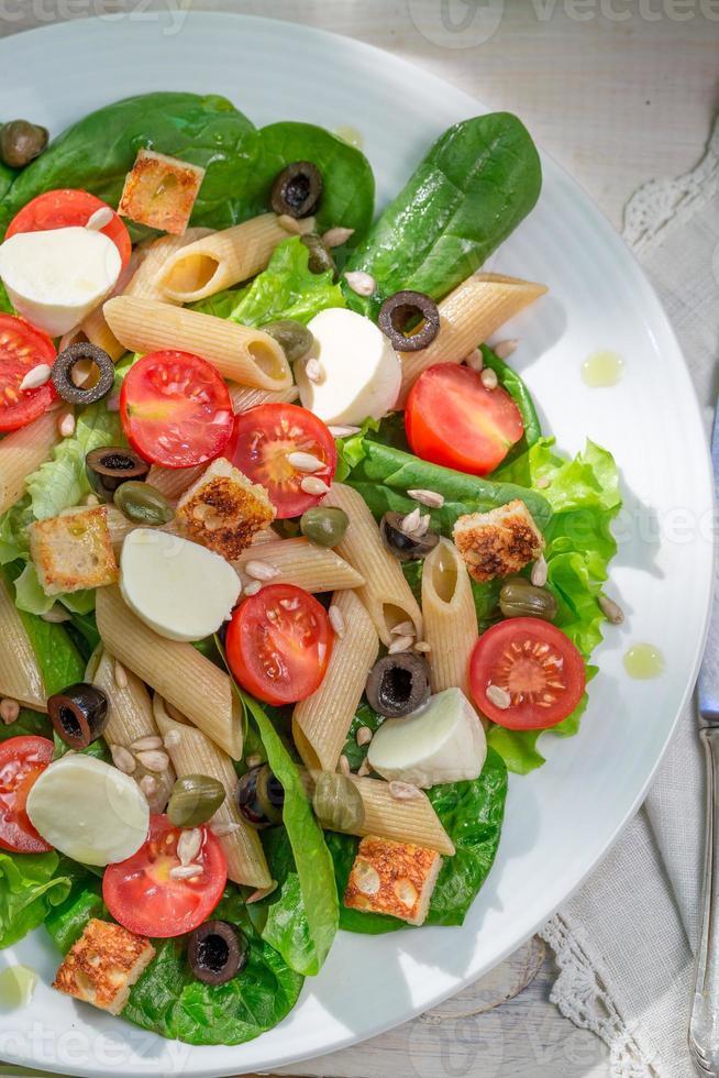 salada com legumes frescos e macarrão foto