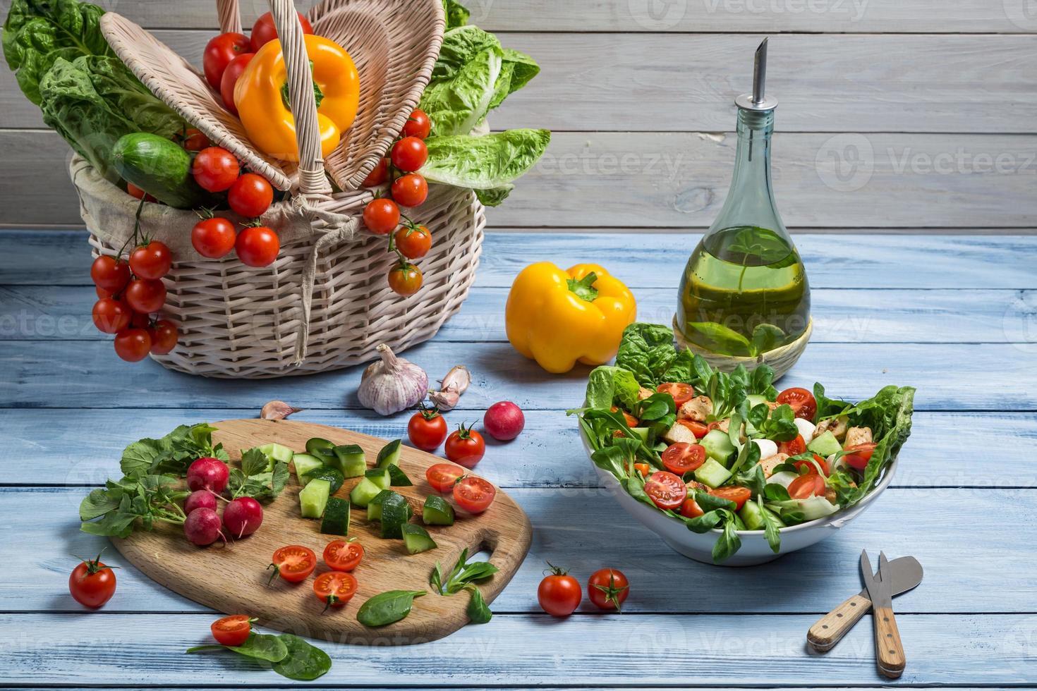 salada saudável feita com legumes frescos foto