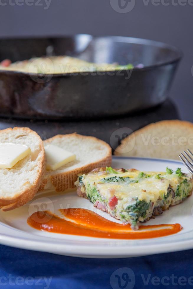 brócolis, espinafre, cogumelo, presunto, fritada foto