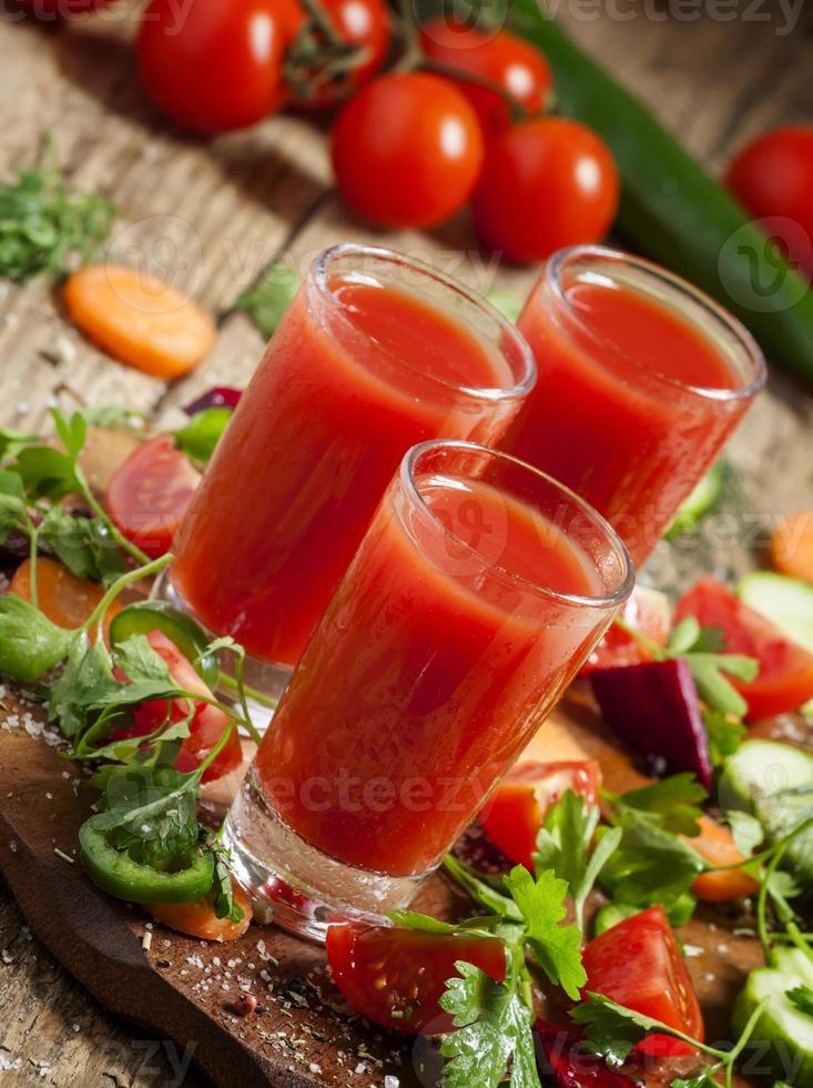 cocktail de vegetais vermelho fresco decorado com legumes e especiarias foto