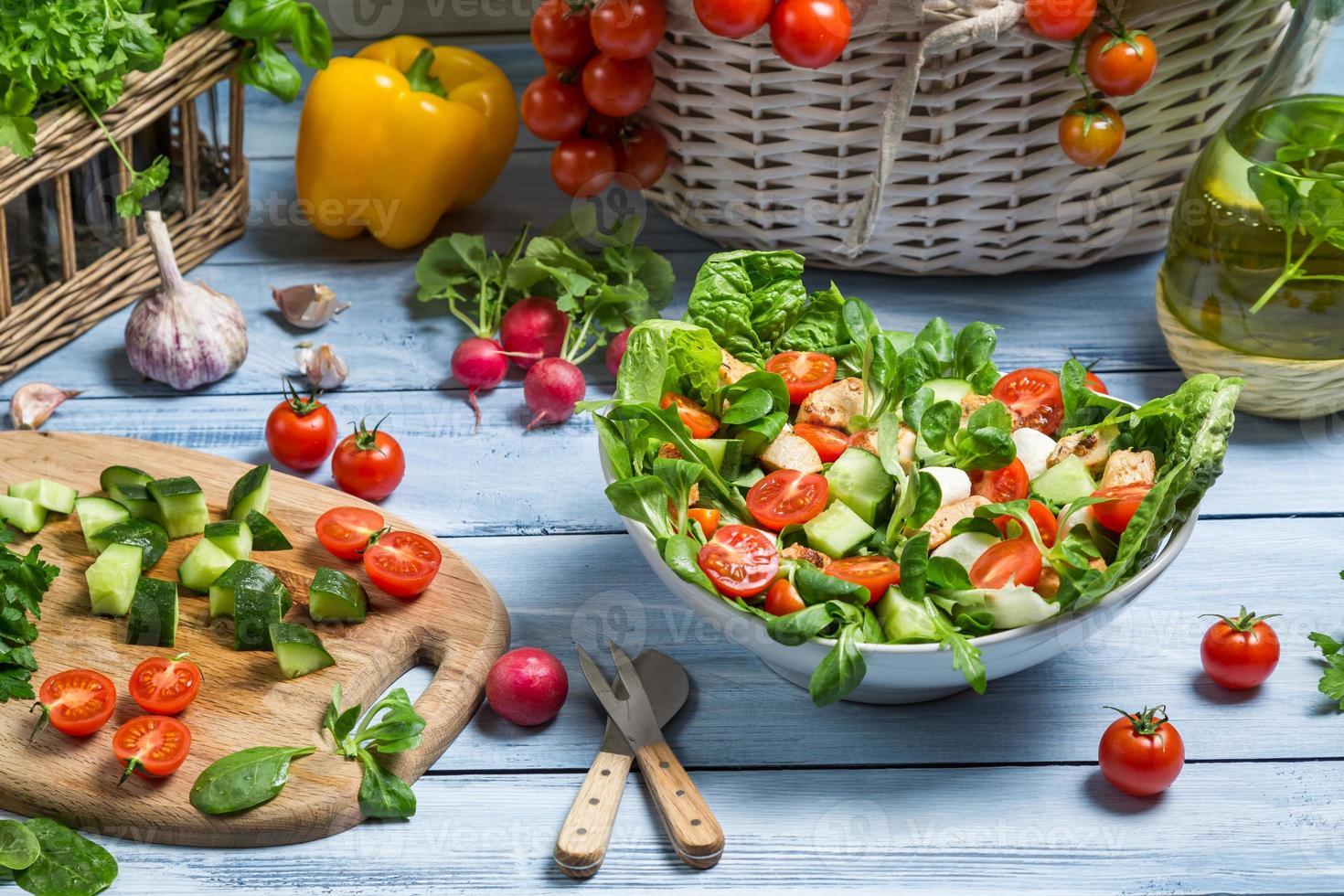 preparando uma salada saudável de primavera foto