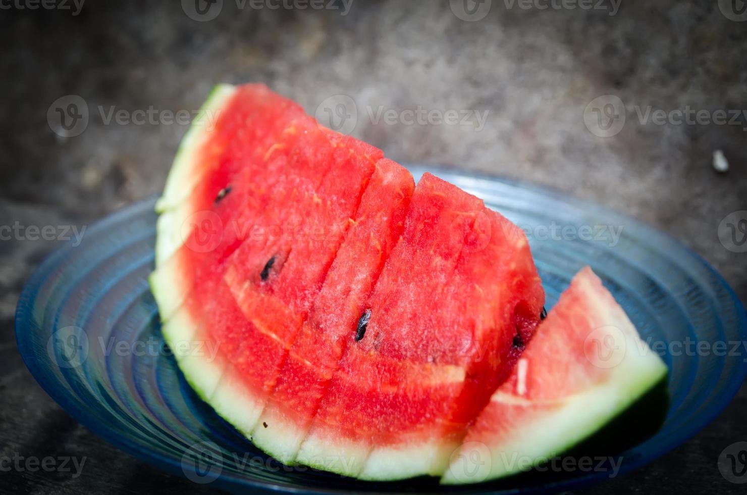 melancia em um estilo vintage de fundo madeira foto