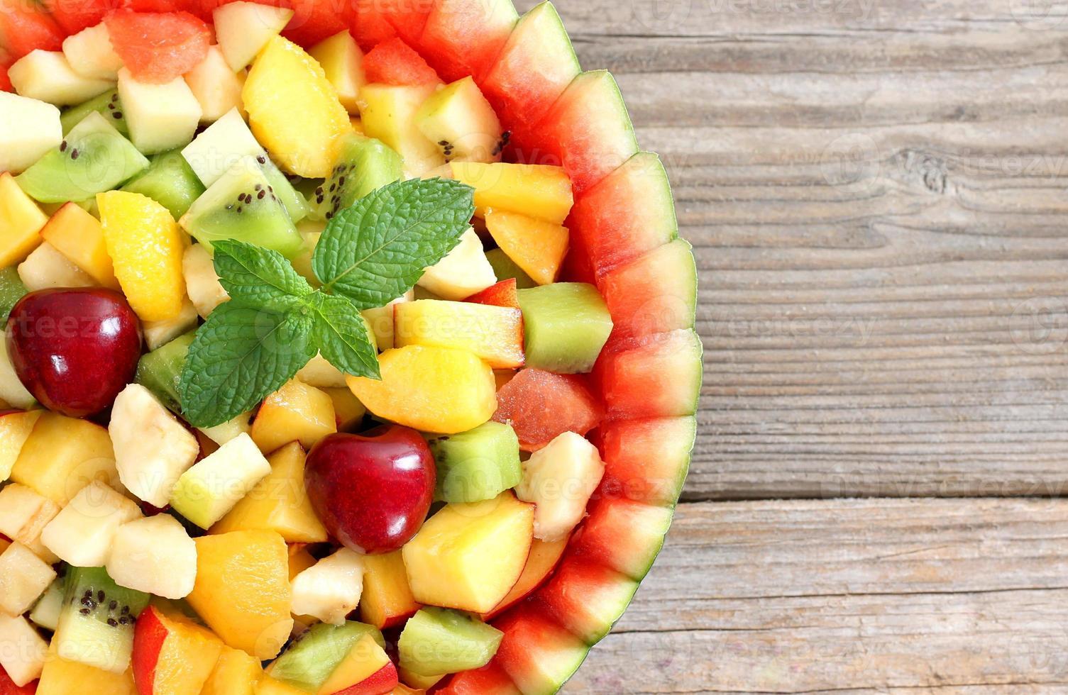 salada de frutas na tigela de melancia foto