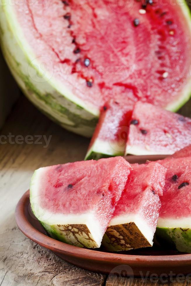 fatias de melancia em um prato de barro foto