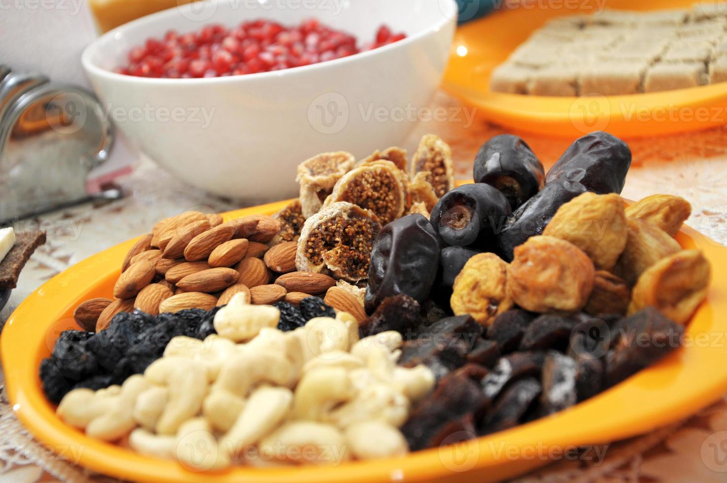 frutas secas no prato foto