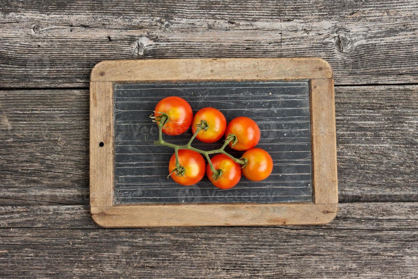 tomate na lousa escrita tablet foto