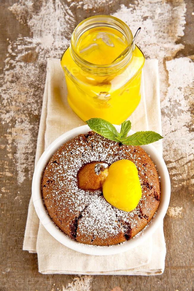 bolinhos com chocolate, pêra e coalhada de limão. café da manhã. foto