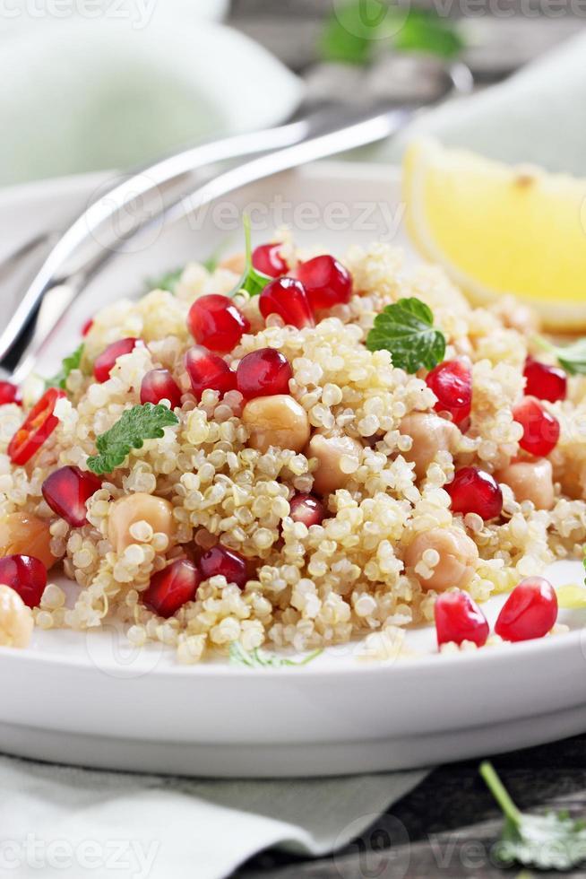 salada de quinoa com grão de bico foto