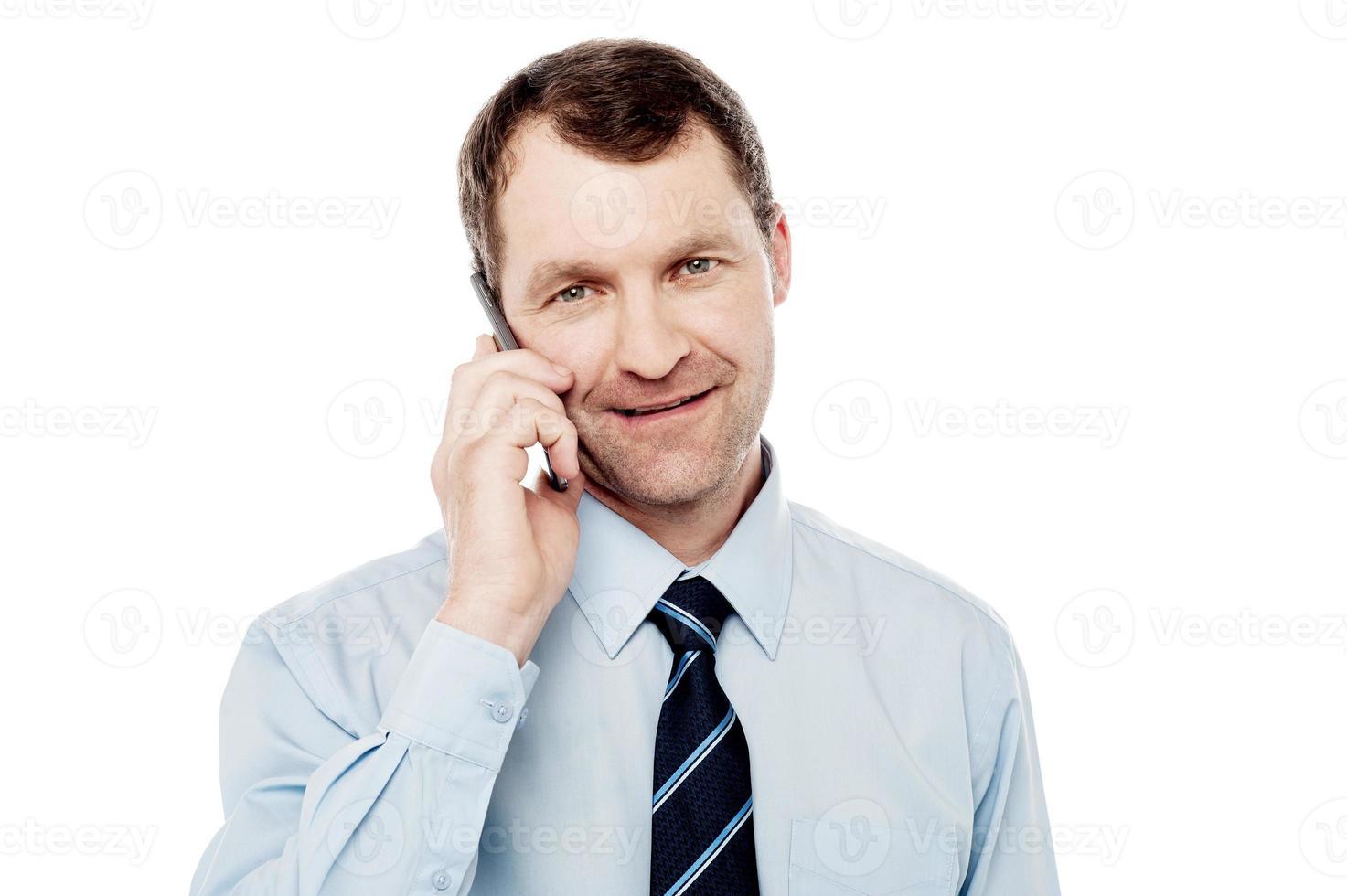 executivo masculino usando é telefone celular foto