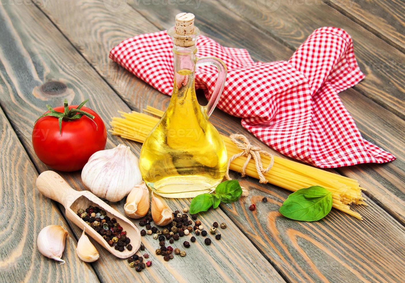 azeite, manjericão, tomate e alho foto