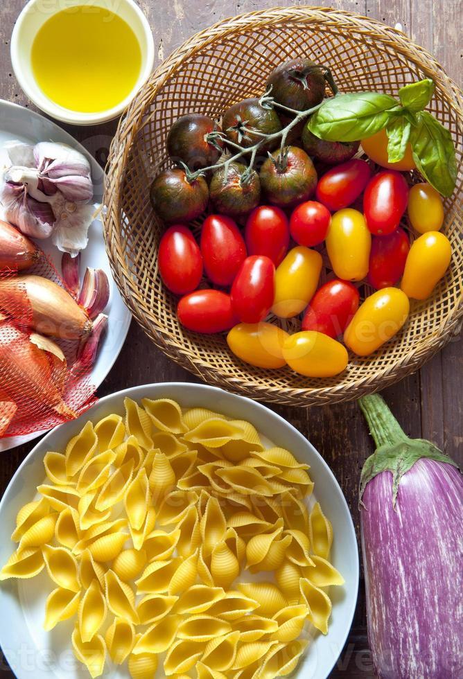 ingredientes para salada de macarrão. tomates coloridos, cebola, alho, e foto