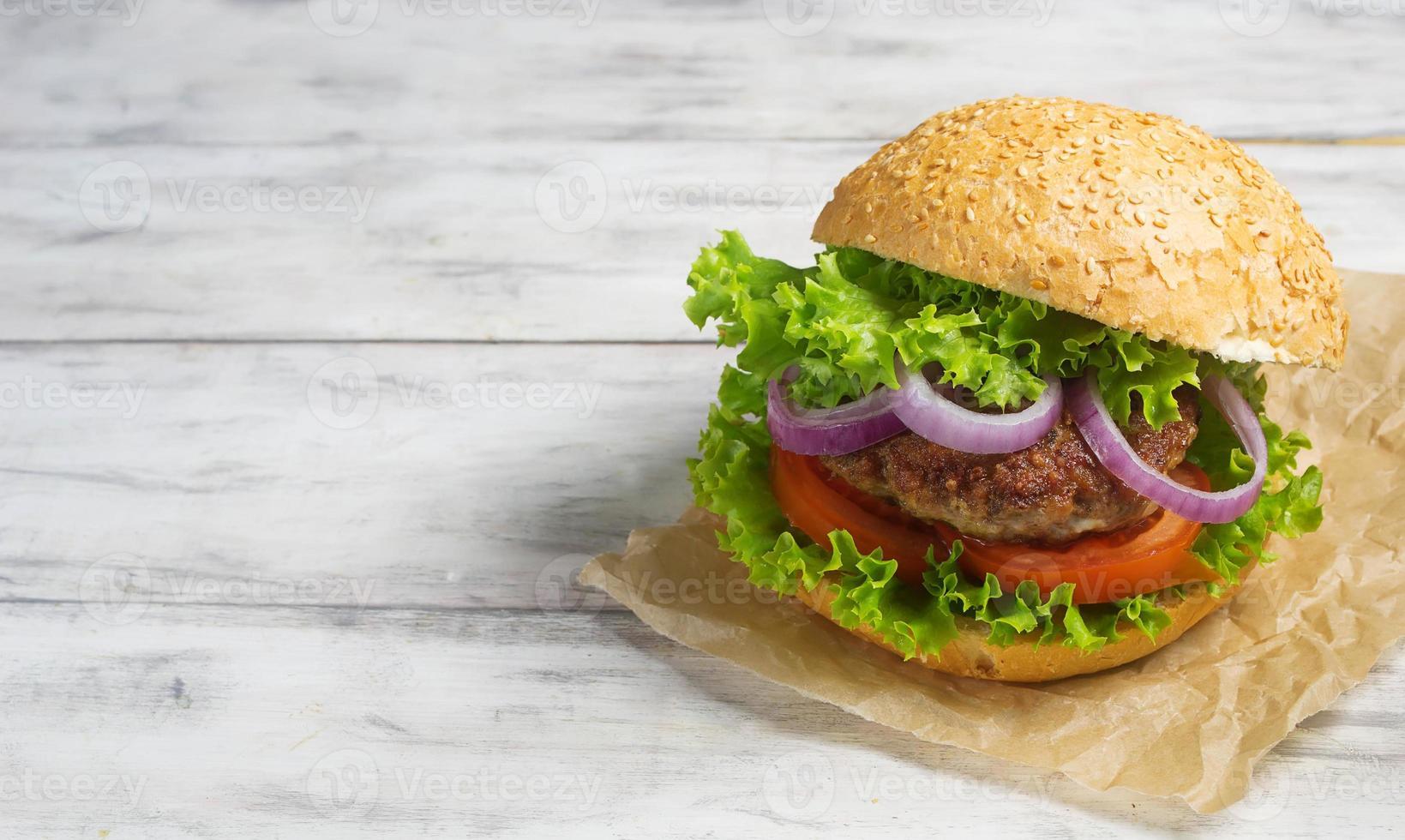 hambúrguer com costeleta de vaca, alface, cebola e tomate foto