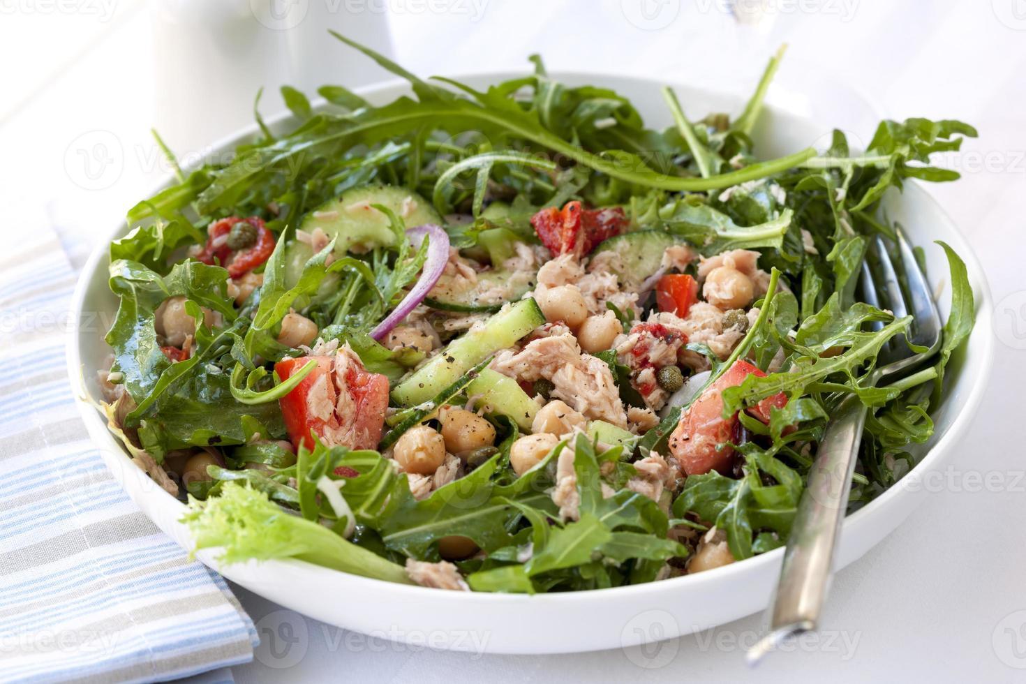 salada de atum e grão de bico foto