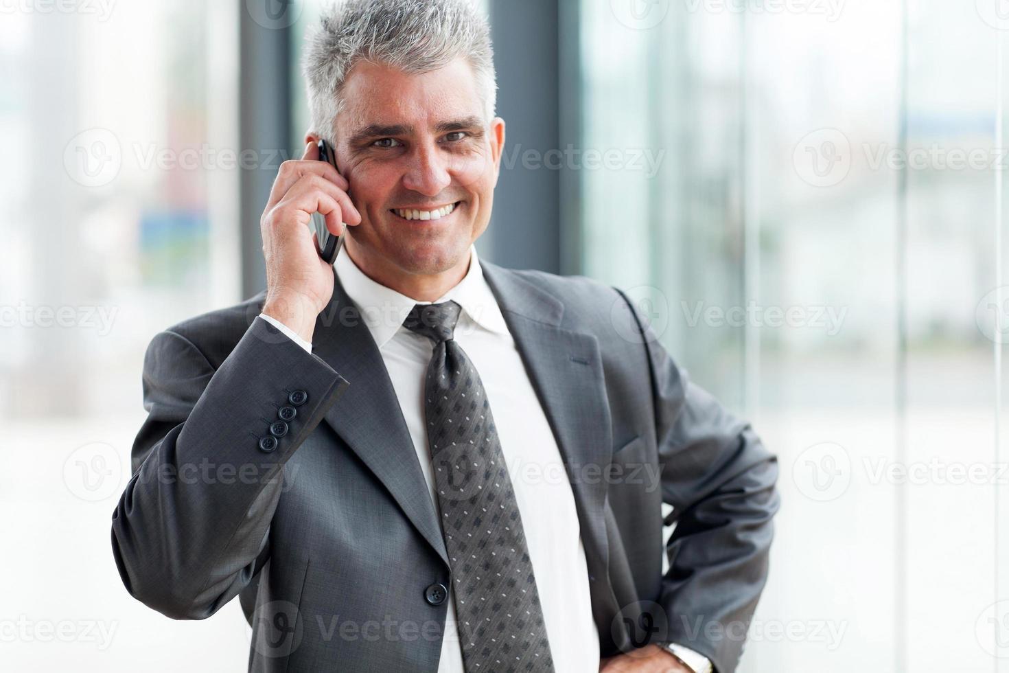 empresário de sucesso falando no celular foto