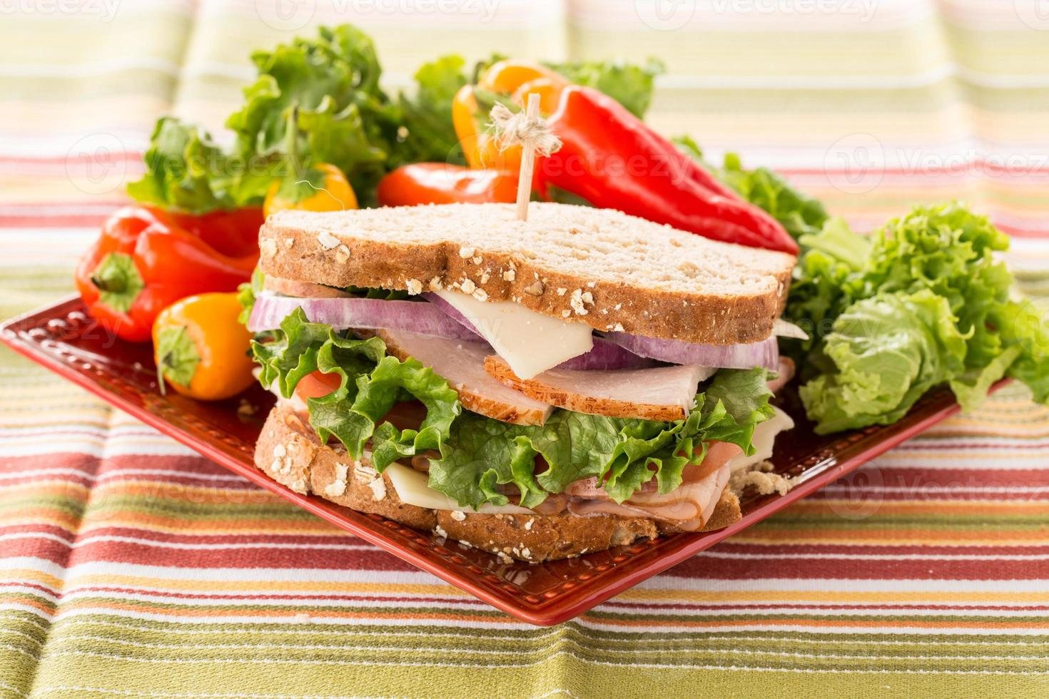 sanduíche de almoço saudável colorido com pimentos no prato foto