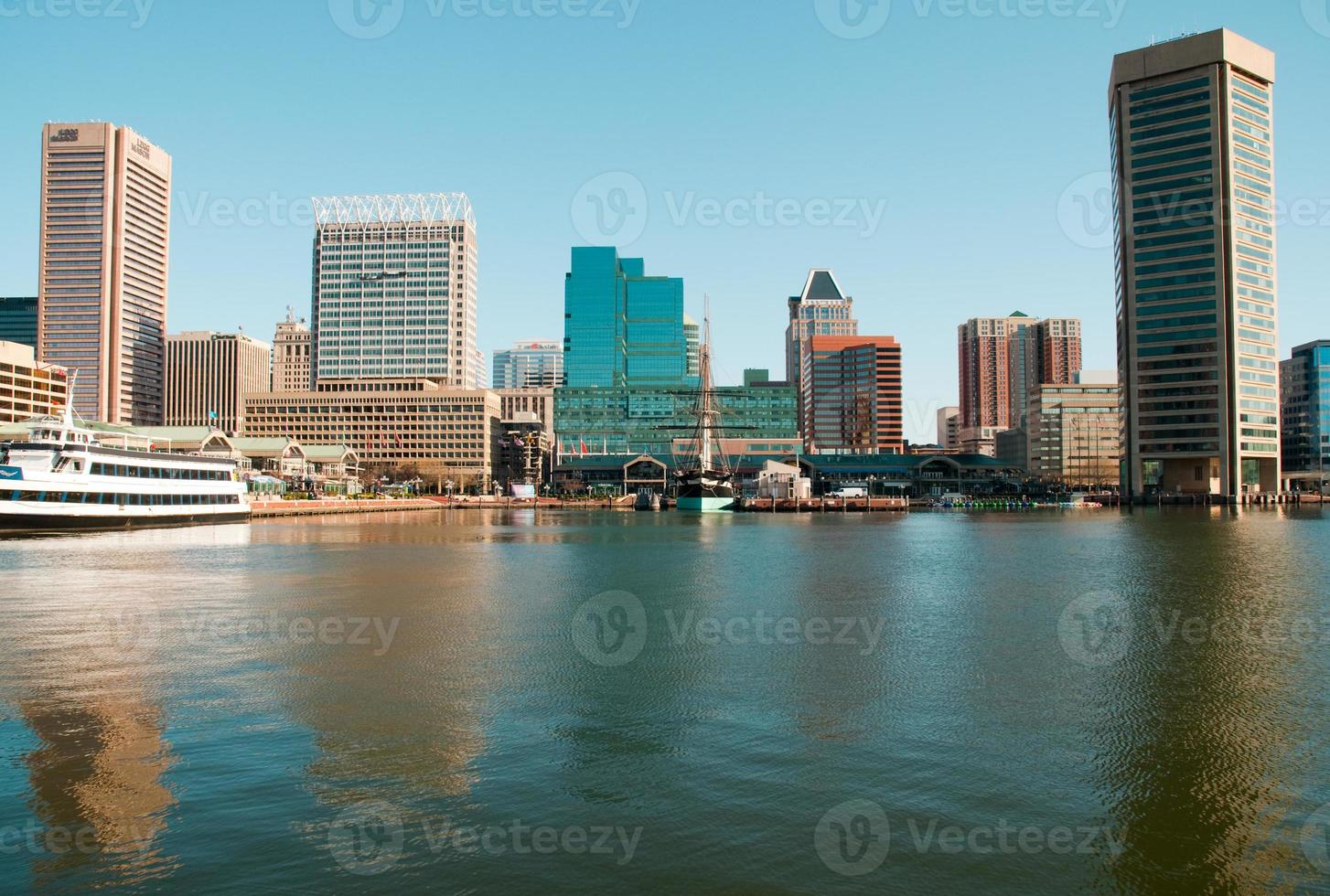vista da água do horizonte de baltimore sob um céu azul claro foto