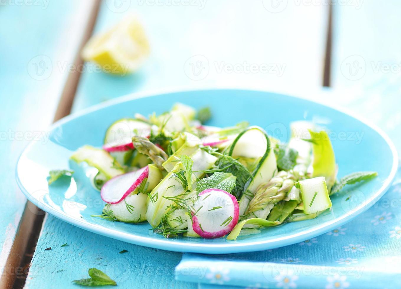 salada de legumes da primavera foto