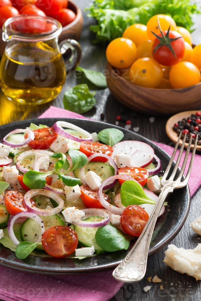 salada de legumes com queijo feta, vertical foto
