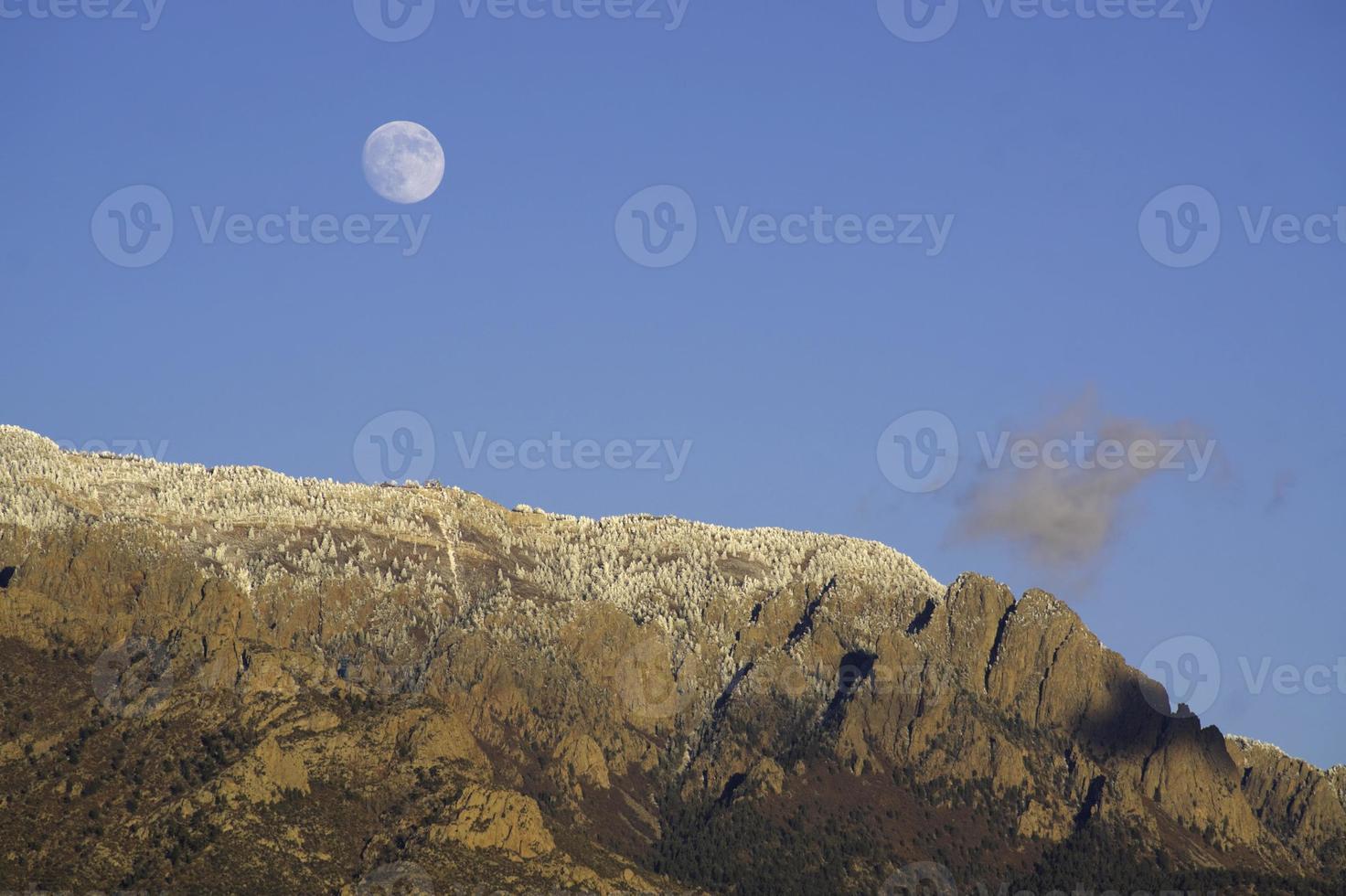 paisagem de montanha inverno nascer da lua foto