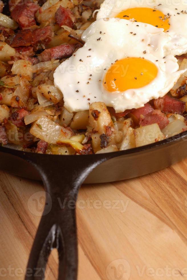 café da manhã com ovos e hash de carne enlatada foto