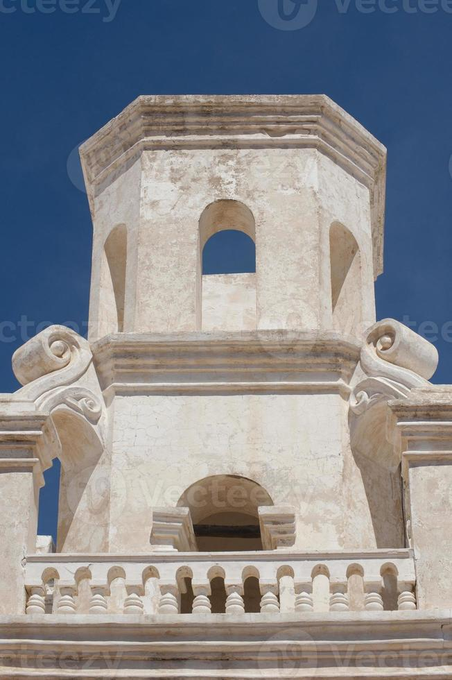torre sineira inacabada na missão san xavier del bac foto