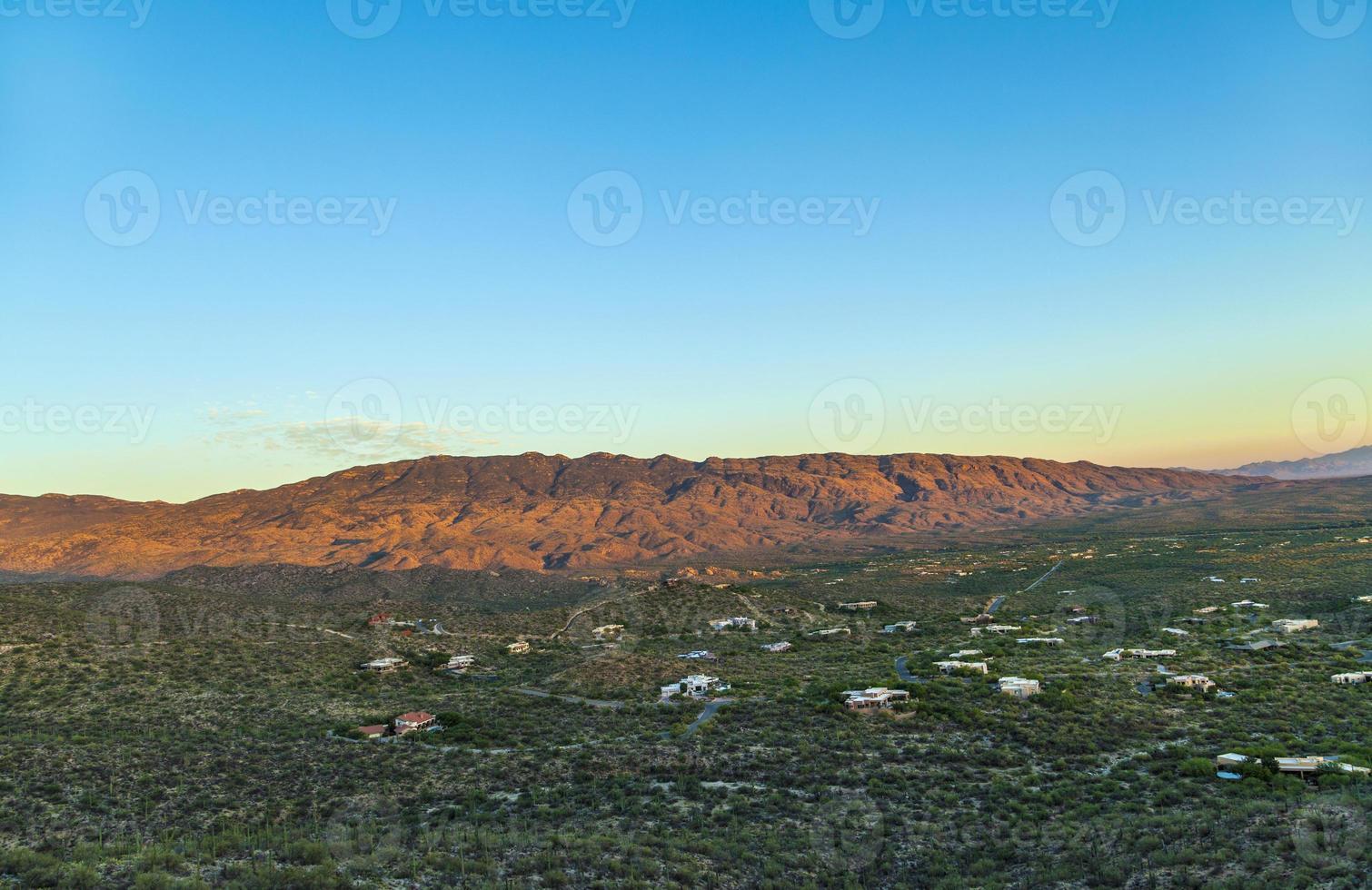 pôr do sol dourado em tuscon, arizona, com montanhas foto