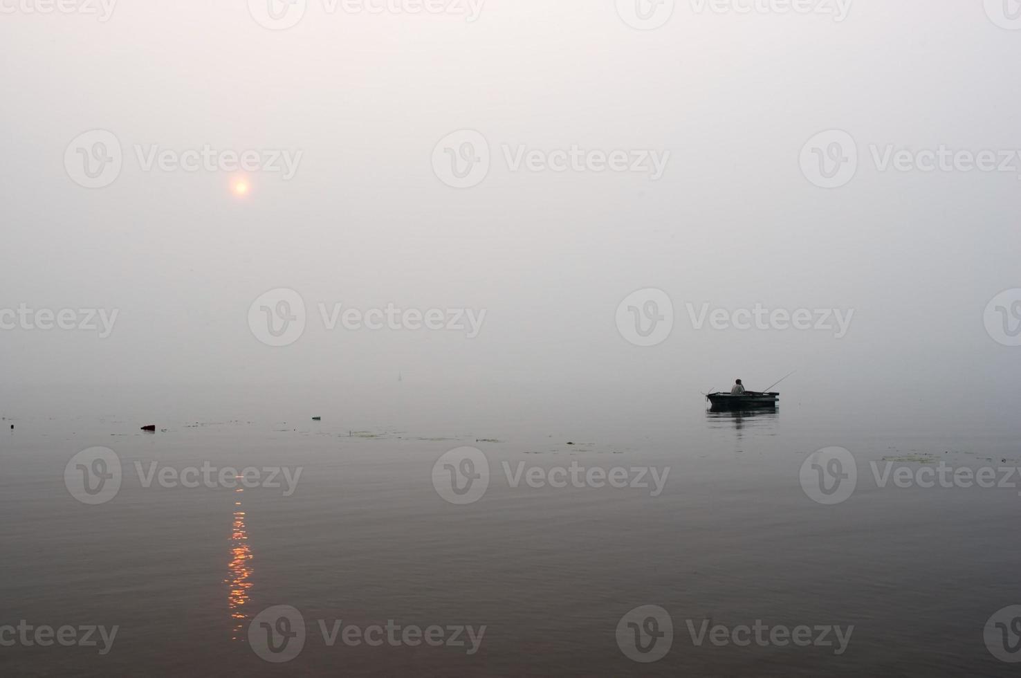 pescador no rio foto