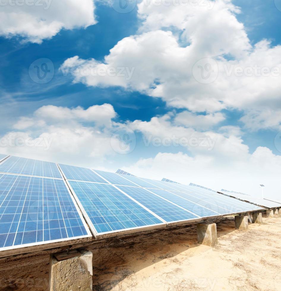 painéis solares contra o céu azul foto
