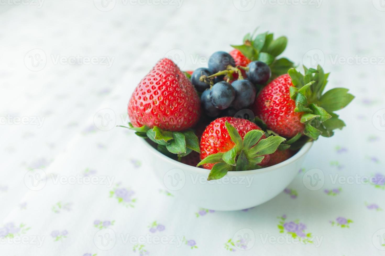 tigela pequena contendo frutas foto