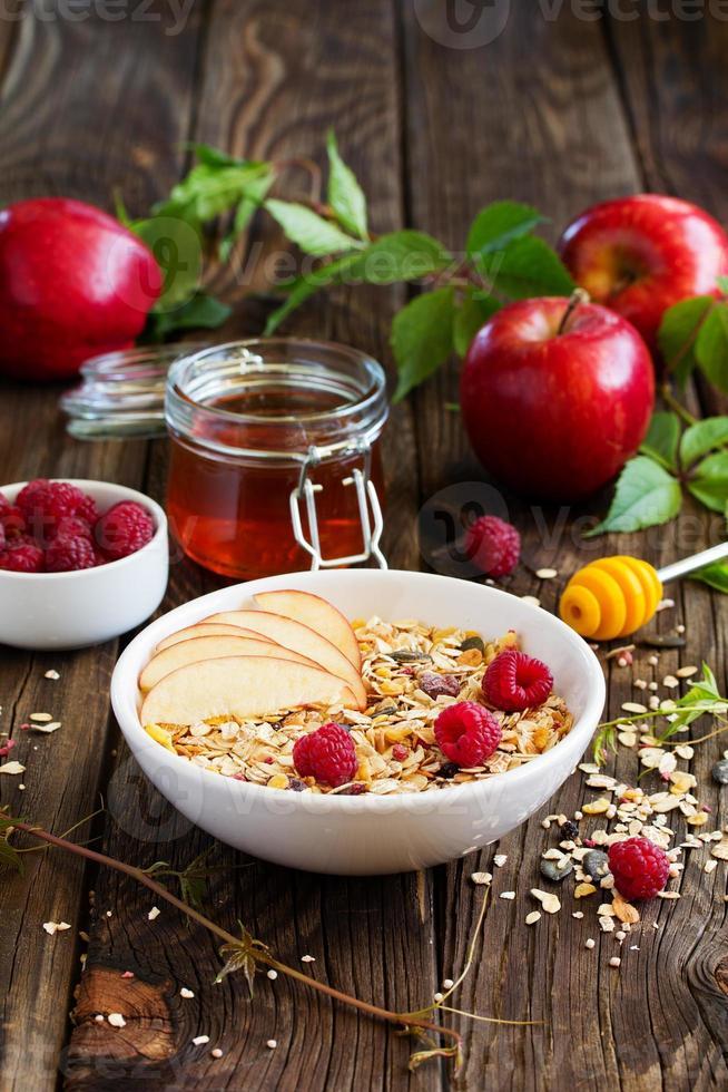 granola, maçãs, framboesas, foto