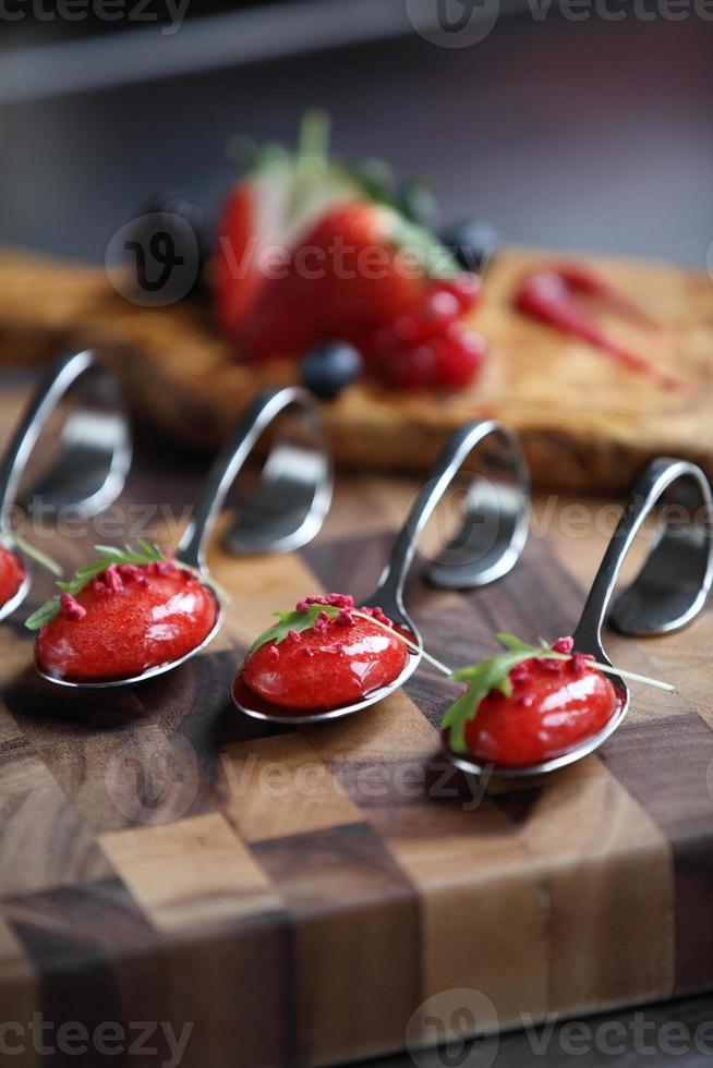 colher de sopa de morango e frutas foto