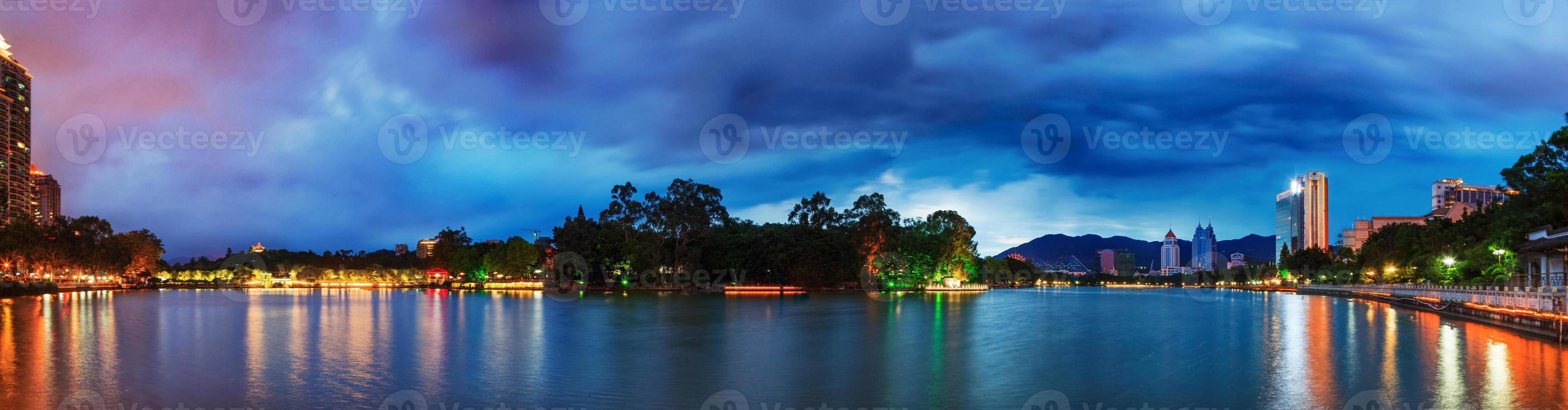 céu dramático sobre um parque aquático em fuzhou, china foto