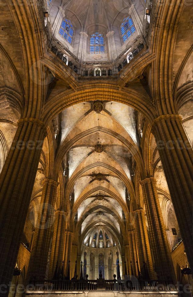 colunas e nave principal da catedral gótica de barcelona foto