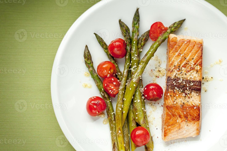 filé de salmão com aspargos e tomate cereja foto