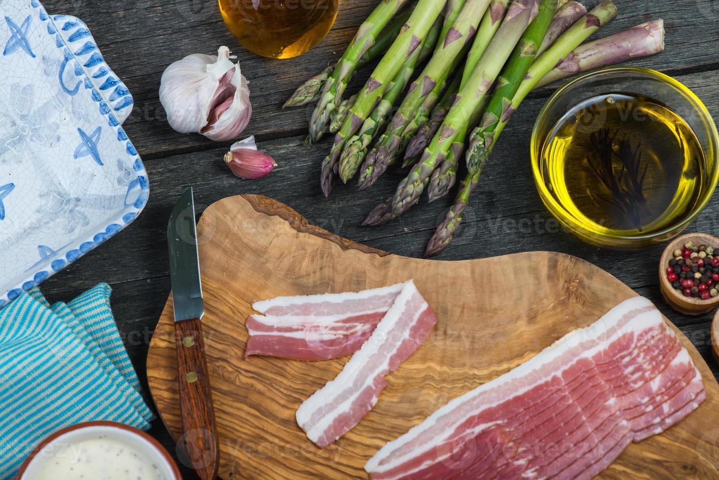 preparação de prato simples italiano, aspargos e bacon foto