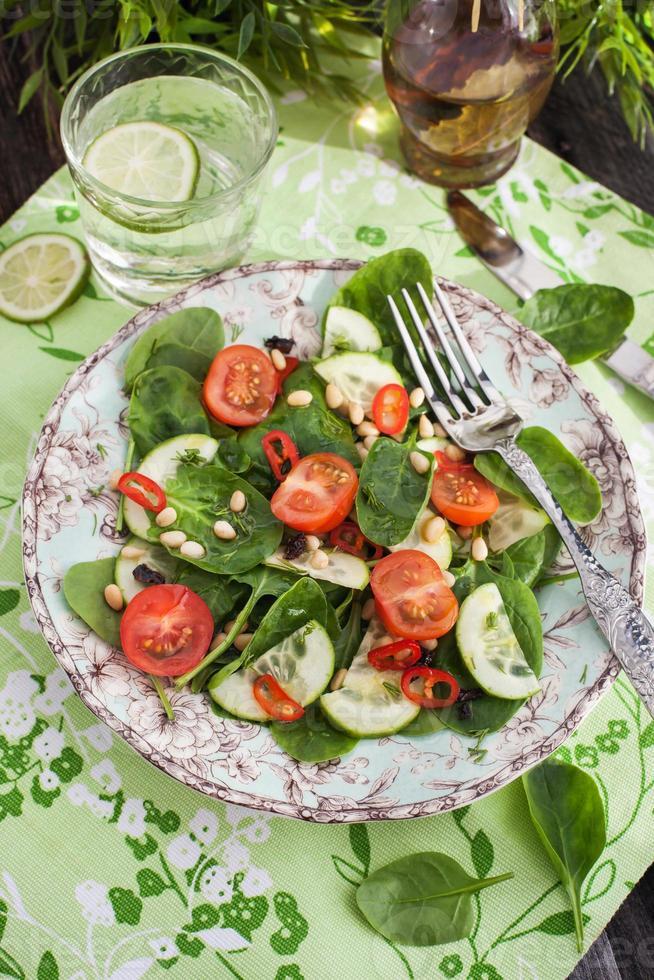 salada fresca de primavera saudável foto