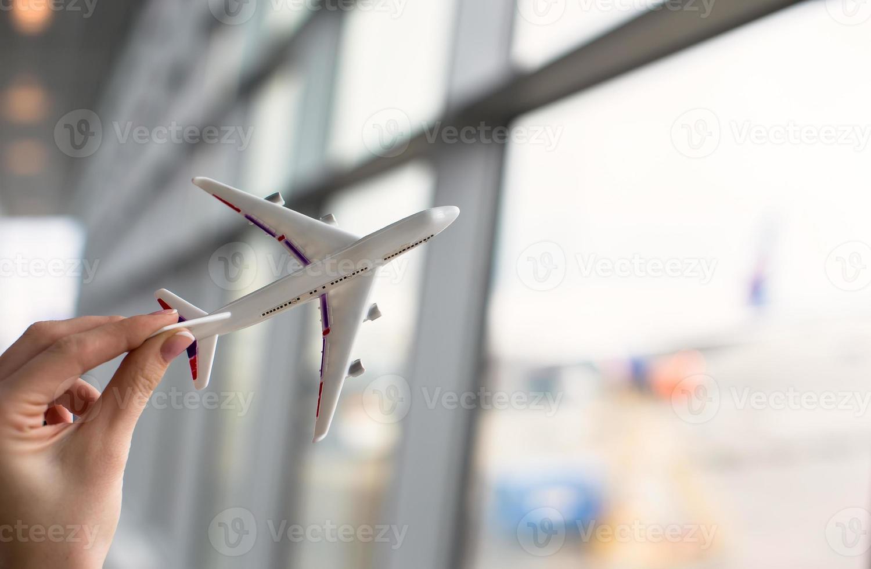 fechar a mão segurando um modelo de avião foto