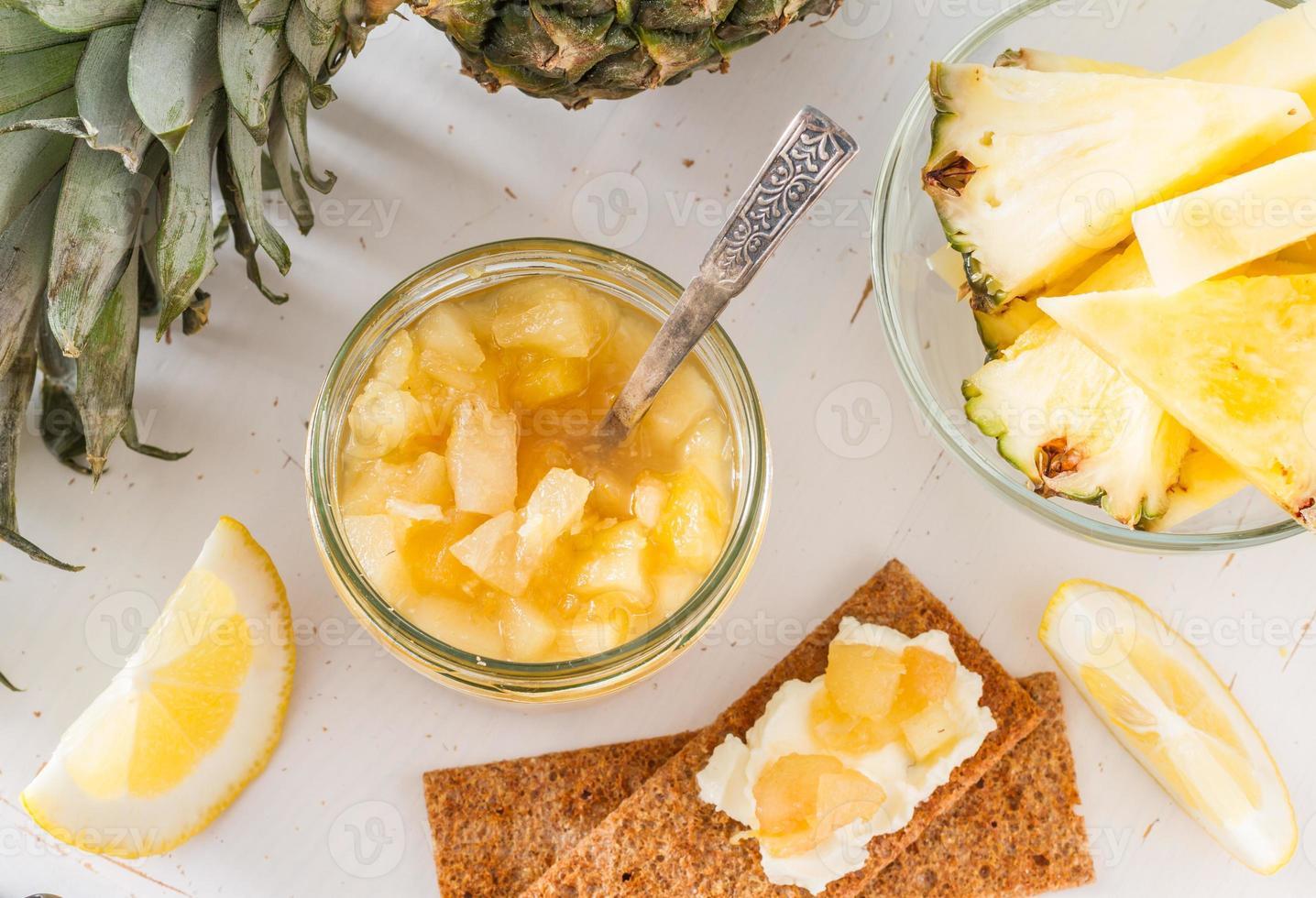 geléia de abacaxi com pão torrado foto