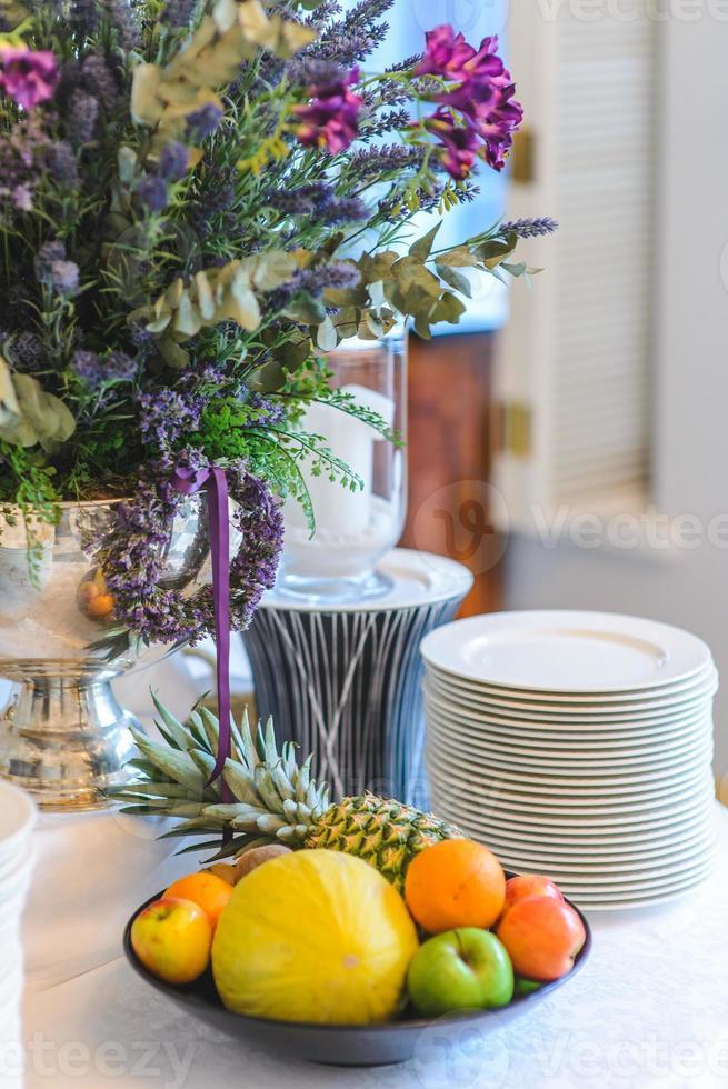 prato com frutas em uma mesa decorada festiva foto