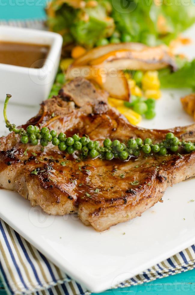 bife e legumes grelhados foto