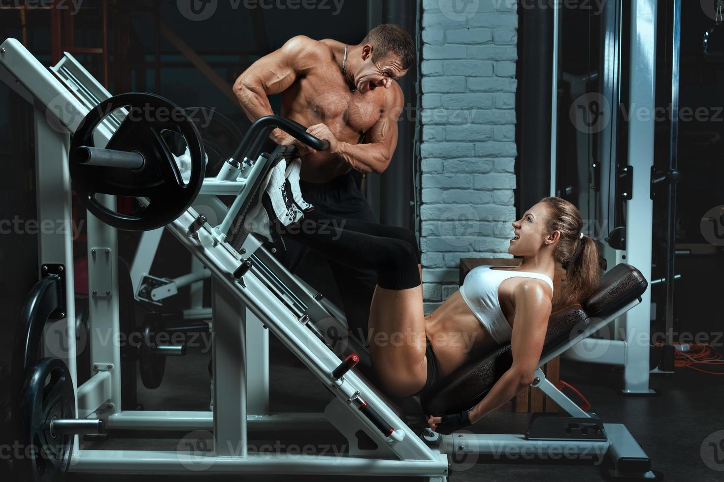 homem fisiculturista treina a uma mulher. foto
