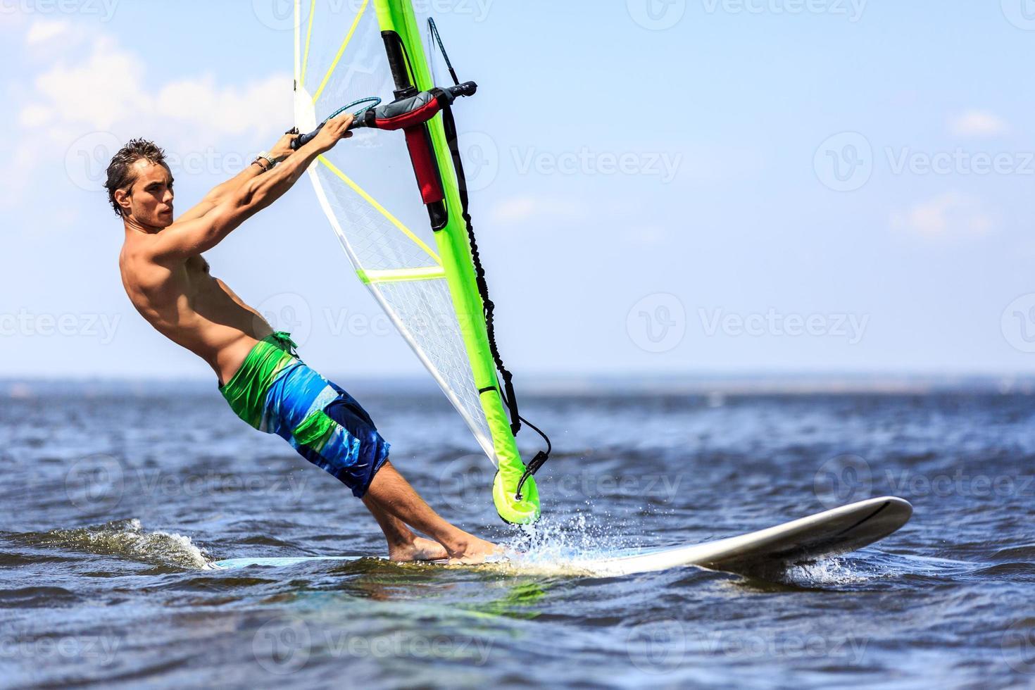 windsurfer de aproximação rápida foto