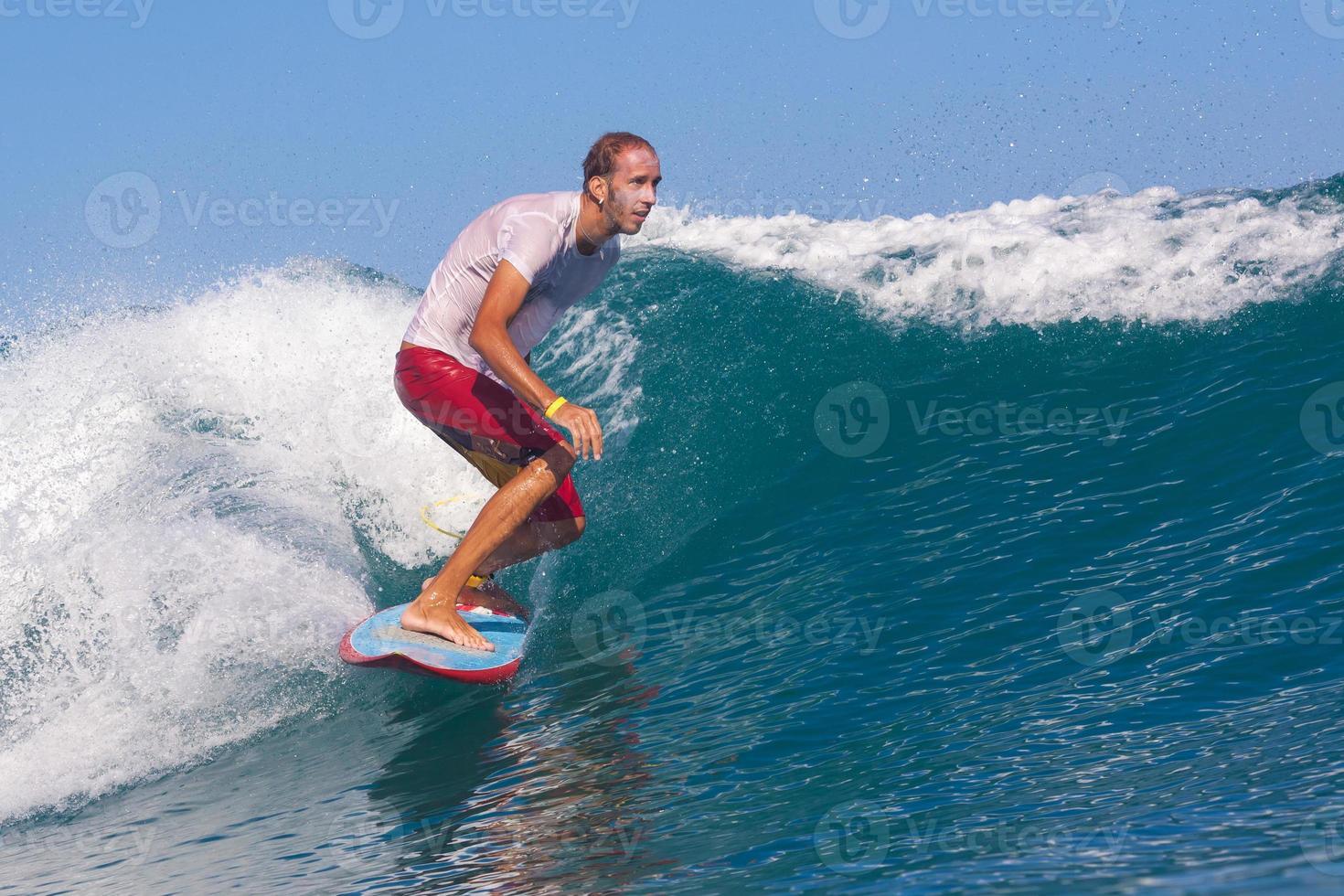 surfando uma onda. Ilha de Bali. Indonésia. foto