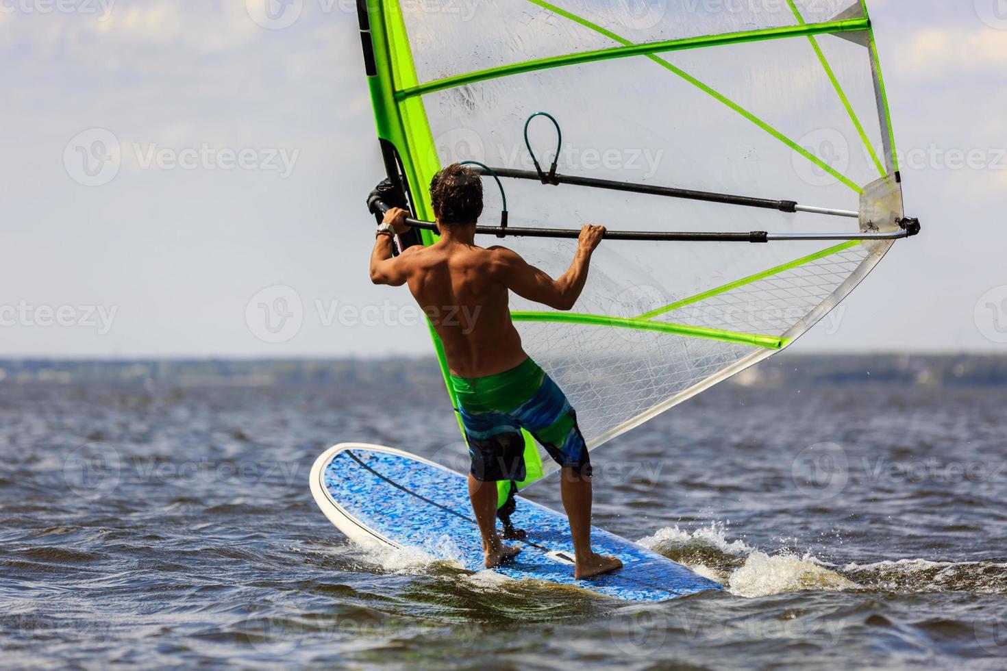 vista traseira do jovem windsurfista foto