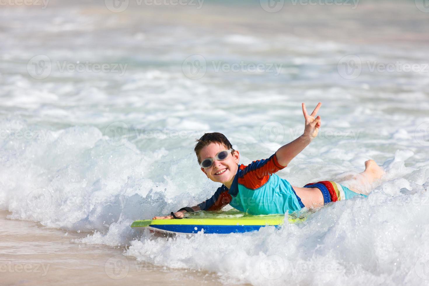 menino nadando na prancha foto