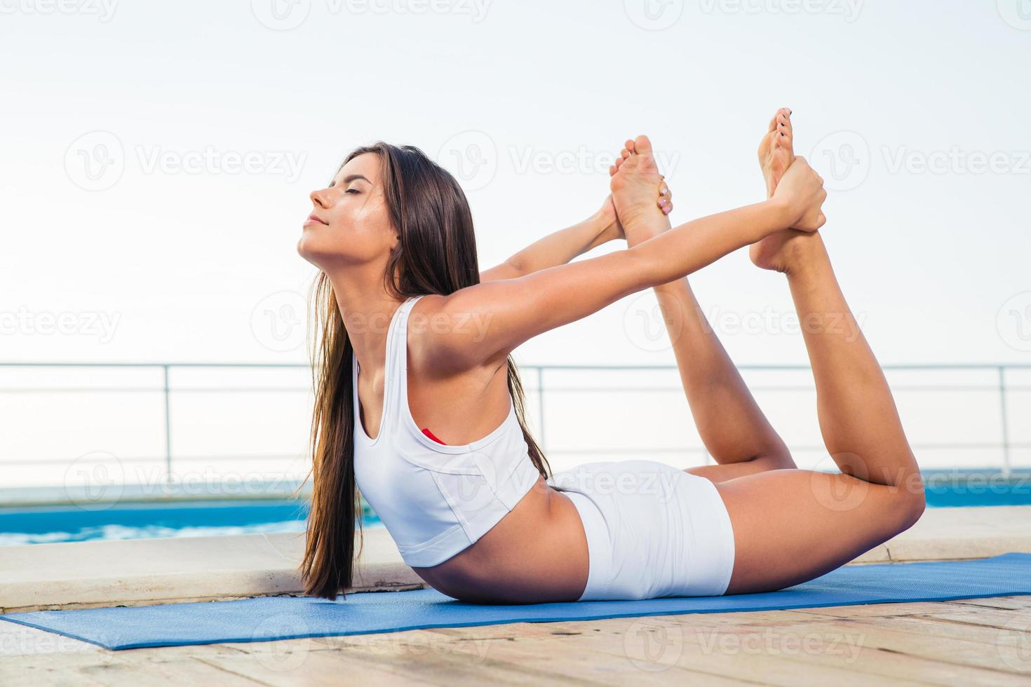 garota fazendo exercícios de alongamento ao ar livre foto