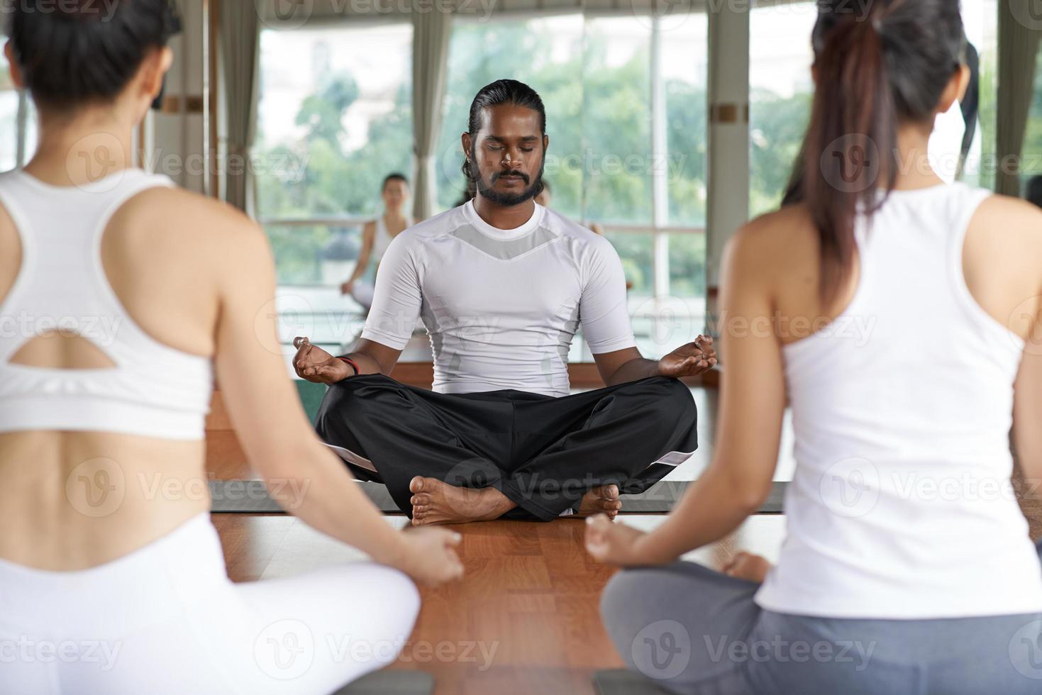 realizando aula de yoga foto