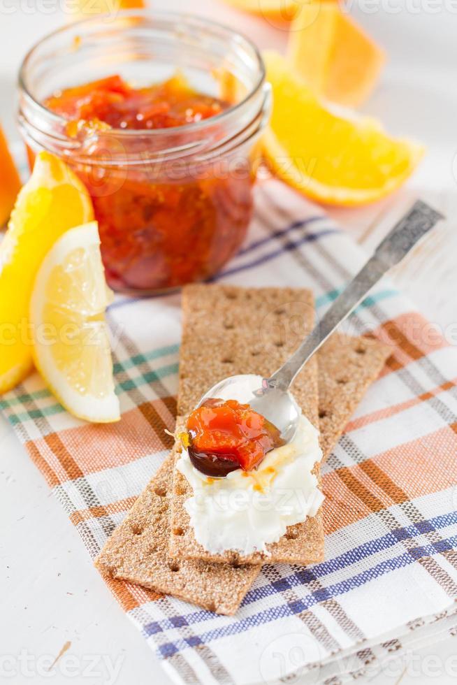 geléia em frasco de vidro com ingredientes com pão torrado foto