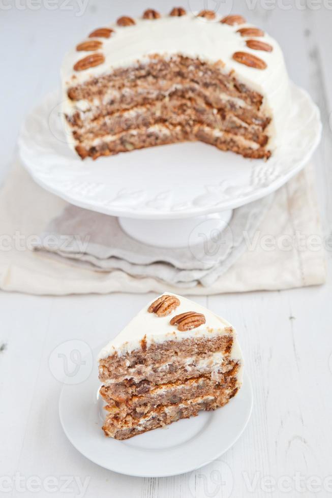 pedaço de bolo de beija-flor com nozes e cobertura de creme de queijo foto